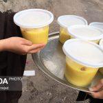 طبخ و توزیع شله زرد نذری بین خانوادههای نیازمند